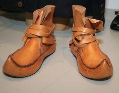 Kansallispuku on kokonaisuus, johon kuuluvat itse puvun lisäksi esimerkiksi kengät, sukat, päähine ja erilaiset korut. Oulu (Finland)