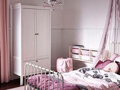 Kinderzimmer mit SUNDVIK Kleiderschrank in Weiß, ausziehbarem MINNEN Bettgestell in Weiß, MYSTISK Bettwäsche-Set Spitze rosa, TISSLA Betthimmel, SKÄRT Hockerbezug in Rosa und TROFAST Wandaufbewahrung mit TROFAST Boxen in Weiß