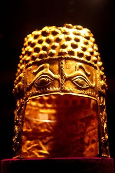 The ancient golden Helmet of Coţofeneşti, is a Geto-Dacian helmet dating from the first half of the century BC. The helmet was uncovered by chance by a child on the territory of the village of Poiana Coţofeneşti (now Poiana Vărbilău), Romania. Janis Joplin, European Tribes, Ancient Armor, Iron Age, Ancient Jewelry, Ancient Artifacts, National Museum, Ancient History, Archaeology