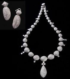 Resultados da Pesquisa de imagens do Google para http://www.adorojoias.com.br/wp-content/uploads/Pedras-Roladas-colar-e-bcos-diamantes.jpg