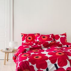Marimekko Unikko Duvet Cover Double, Red Always wake up with a smile on your face tucked under this bold & beautiful signature Unikko poppy flower, designed by Maija & Kristina Isola from Marimekko. This contemporary design, the iconic Red Duvet Cover, Duvet Cover Sets, Ruffle Bedding, Linen Bedding, Bed Linen, Marimekko Fabric, Pottery Barn Teen Bedding, Bedroom Red, Bedroom Inspo