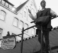 """""""Come, milords and miladies!"""" É assim, numa espécie de púlpito, que o funcionário do famoso restaurante medieval Olde Hansa chama o público para o """"banquete"""". #coolhubbing #culture #estonia"""