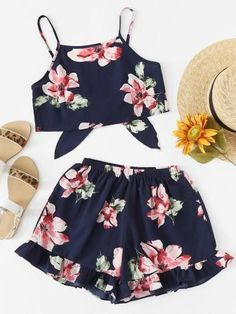 Floral Print Cami With Shorts -SheIn(Sheinside) Summer Outfits For Teens, Kids Outfits Girls, Summer Fashion Outfits, Teenager Outfits, Spring Outfits, Girl Outfits, Teen Fashion, Cute Outfits With Leggings, Crop Top Outfits