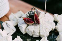 Mezclas de sabores y contrastes perfectos para una exquisita merienda de verano  :) http://www.sarovacatering.com  #frutas y #quesos