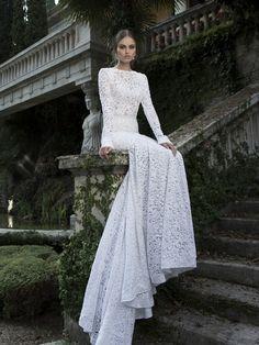 Роскошное свадебное платье с прямым кроем выполнено из плотного кружева с цветочным рисунком. Такая выразительная текстура ткани идеально сочетается с лаконичностью силуэта, закрытым верхом, длинными прямыми рукавами и отсутствием дополнительных деталей. Сзади свадебное платье украшает длинный шлейф. Единственным акцентом становится тонкий пояс, выделяющий естественную линию талии. Свадебные платья Berta Bridal эксклюзивно представлены в салоне Виктория