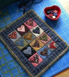 Sweet little heart quilt! Small Quilts, Mini Quilts, Easy Quilts, Colchas Country, Country Quilts, Heart Quilt Pattern, Mini Quilt Patterns, Primitive Quilts, Small Quilt Projects
