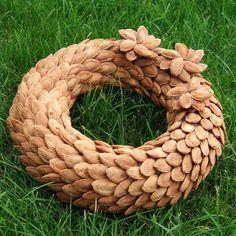 věnec - švestkové pecky Yule Crafts, Pine Cone Crafts, Diy And Crafts, Christmas Crafts, Christmas Decorations, Thanksgiving Wreaths, Holiday Wreaths, Acorn Wreath, Pine Cone Art