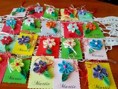 Martisoare handmade, realizate in tehnica quilling- flori cu o frunza Quilling, Crafts For Kids, Arts And Crafts, In Kindergarten, Art Lessons, Origami, Gift Wrapping, Holiday Decor, Spring