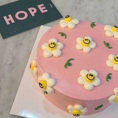 Pretty Birthday Cakes, Pretty Cakes, Happy Birthday, Cake Birthday, Mini Cakes, Cupcake Cakes, Picnic Cake, Simple Cake Designs, Pastel Cakes