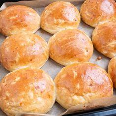 Bamseboller - bløde fødselsdagsboller – Mummum.dk Hamburger, Deserts, Brunch, Snacks, Food, Inspiration, Biblical Inspiration, Appetizers, Desserts