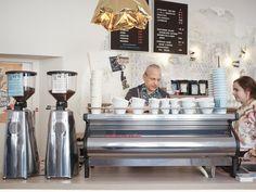 Der zweite Bezirk war bis vor kurzem keine Anlaufstätte um guten Kaffee zu genießen. Eher unscheinbar in der Praterstraße gelegen, hat das Balthasar, mit seinem Chefbarista Otto, dies ganz klar geändert. Das Konzept stimmt, die Qualität hinkt kein bisschen hinterher. Liquor Cabinet, Bar, Storage, Furniture, Coffee, Home Decor, Concept, Purse Storage, Kaffee