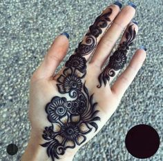 Those thick lines and the contrast has me wishing for many more hours in the day to practice this gorgeous henna (could also be done in gorgeous jagua! Easy Mehndi Designs, Latest Mehndi Designs, Bridal Mehndi Designs, Palm Mehndi Design, Henna Tattoo Designs Simple, Henna Art Designs, Mehndi Design Pictures, Mehndi Designs For Beginners, Beautiful Henna Designs