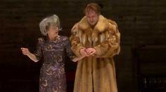 Hamlet in der Spielzeit 2015/16. Leider wird die Inszenierung im Laufe des Abends immer alberner... (Video des Badischen Staatstheaters Karlsruhe; Lizenz: Standard-YouTube-Lizenz)