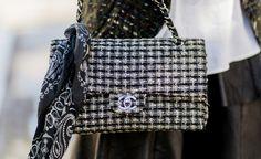 Um die Kettenriemen gebunden, gibt das rockige Bandana der edlen Chanel-Bag ein…