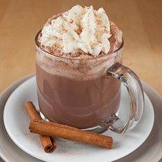 Creamy hot chocolate with Cremige heiße Schokolade mit Zimt When the days get colder, one thing is inevitable for me: hot chocolate! It is simply wonderful to sit on the couch with a large cup of hot chocolate with lots of cream… - Easy Drink Recipes, Yummy Drinks, Baking Recipes, Yummy Food, Winter Drinks, Winter Food, Christmas Drinks, Christmas Desserts, Vegetable Drinks