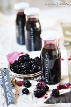 Seitdem ich den Holunderblütensirup gemacht, bin ich infiziert ;) In der Zwischenzeit habe ich so einige Früchte wie Rhabarber oder Erdbeeren zu Sirup vera