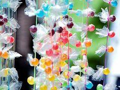 Habíamos visto barras de caramelos y dulces, candy bar, mesas de cupcakes... y ahora ¡cortinas de caramelos! deliciosas y vistosas