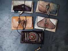 Blagues à tabac par makramart Leather Tobacco Pouch, Handmade Purses, Leather Projects, Leather Working, Pouches, Wallets, Medicine, Creations, Outfit