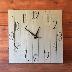 Reloj hecho con madera reciclada y pintado a mano con chalk paint.