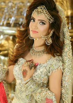 Kashee's – Artist beauty parlor makeup hairstyle and mehandi designs price list. bridal makeup for party event Pakistani Bridal Hairstyles, Pakistani Bridal Makeup, Pakistani Bridal Dresses, Bridal Lehenga, Indian Bridal, Bridal Makup, Wedding Lehanga, Bride Hairstyles, Wedding Makeup
