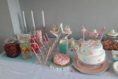 Feesttafel 1e verjaardag, sterrenthema, kleuren: wit, roze, turquoise.