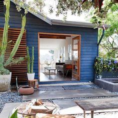 Che bella questa piccola casa luminosa aperta e accogliente!  #Repost @compactliving  Tiny House in LA photographed by Lauren Moore #interiors #interiordesign #architecture #decoration #interior #home #design #photogrid #architect #homedecor #decoration #decor #prefab #smallhomes #instagood #compactliving #fineinteriors #cabin #tagsforlikes #tinyhomes #tinyhouse #like4like #FABprefab #happy #likeforlike #houseboat #chalet #container #containerhouse by balmarose