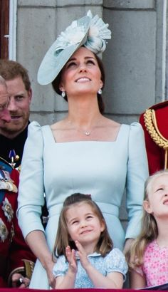 LONDON, ENGLAND - JUNE Catherine, Duchess of Cambridge and Princess Charlotte of Cambridge on the balcony of Buckingham Palace during Trooping The Colour 2018 on June 2018 in London, England. (Photo by Samir Hussein/Samir Hussein/WireImage) Prince William And Catherine, William Kate, Prince And Princess, Princess Mary, Kate Middleton Daily Mail, Kate Middleton Hats, Princess Charlotte Dresses, Trooping The Colour 2018, British Royal Families