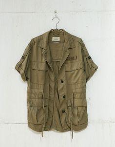 Sahariana de manga curta bolsos. Descubra esta e muitas outras roupas na Bershka com novos artigos cada semana