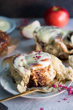 Apple and cinnamon rolls with caramel base Apple Cinnamon Rolls, Cinnamon Apples, Caramel Rolls, Scones, Biscuits, Food And Drink, Pie, Breakfast, Sweet