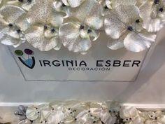 Decorando con flores. Más en www.virginia-esber.es
