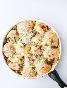 cheesy pesto skillet pull-apart bread I howsweeteats.com