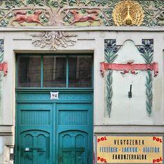 Door in Budapest by la ciudad al Instante :) Budapest, Garage Doors, Gallery Wall, Europe, Windows, Photo And Video, Instagram, Frame, Outdoor Decor