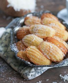 Almond Madeleines Coconut Almond Madeleines - These buttery French cakes are delicious on their own, with a tropical twist.Coconut Almond Madeleines - These buttery French cakes are delicious on their own, with a tropical twist. Tea Cakes, Cupcake Cakes, Cupcakes, Desserts Français, French Desserts, Dessert Recipes, Madeleine Recipe, Madeleine Cake, French Cake