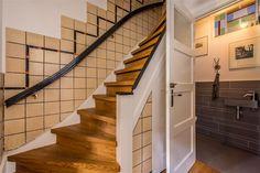 Jaren30woningen.nl | Trapopgang naar de eerste verdieping met originele tegellambrisering uit de #jaren30