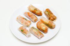 Råruller - 2 gulrøtter - 100 gram kål - 1 løk - 1 kinesisk hvitløk - 1 rød chili - litt grønn salat - 0,5 bunt med koriander - 20 plater rispapir