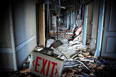 This Creepy Abandoned Hospital In Louisiana Is Still Standing.And Still Disturbing Haunted Asylums, Abandoned Asylums, Abandoned Places, Scary Ghost Pictures, Ghost Photos, Real Haunted Houses, Haunted Places, Paranormal Photos, Abandoned Hospital