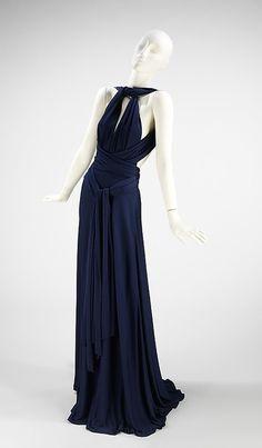 Estilista lançou a primeira coleção de prêt-à-porter. Ficou conhecido pela criação do modelo de vestidos longos e fluidos, num estilo limpo e elegante.