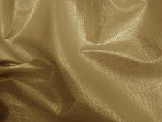 Couro Metal Crocko (Dourado).          Couro ecológico com efeito craquelado, similar a pele de crocodilo. Revestimento que causa o efeito metalizado. Tecido leve e maleável, ideal para peças que exijam certa flexibilidade.  Sugestão para confeccionar: Saias, shorts, jaquetas, detalhes em peças, vestidos tubinho, entre outros.