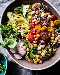 Помимо еды можно использовать цвета в одежде и в окружающем пространстве, запахи, ткани, разные типы движения и дыхания, сауну и массажи, напитки и травы. Всё, что нас окружает, может стать лекарством, если это правильно подобрать.