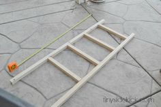 DIY Blanket Ladder {Pottery Barn Knock Off} My cousin wanted a blanket ladder, but who has $180 bucks for something like that? Not me. So I ...