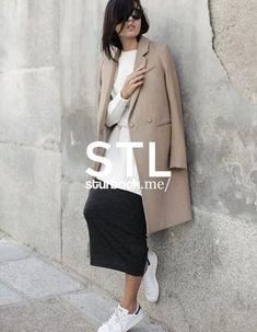 Dieser Look aus Mantel und Rock harmonisiert perfekt mit Strickpullover und Sneaker. Shop the Look: http://sturbock.me/rc1