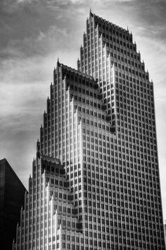 Beautiful Photography by Chaluntorn Preeyasombat The Bank of America Center in Houston, Texas, USA – Urban Architecture Photography Bank Of America, Urban Architecture, Amazing Architecture, Houston Architecture, Contemporary Architecture, Interesting Buildings, Beautiful Buildings, Philip Johnson, Around The Worlds