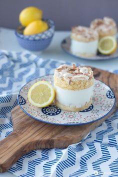 Baisertörtchen mit Zitronencreme – serviert sie als Sonntagskuchen oder als lec… Meringue cake with lemon cream – served as a Sunday cake or as a delicious fresh dessert idea. Lemon Meringue Cupcakes Recipe, Mini Lemon Meringue Pies, Lemon Meringue Cheesecake, Meringue Cake, Lemon Recipes, Strawberry Recipes, Baking Recipes, Dessert Recipes, Mini Desserts