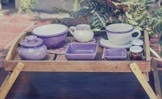 Taza, plato, bowl, plato cuadrado mediano, plato cuadrado chico, lechera y azucarera de cerámica esmaltada artesanal (varios colores disponibles). Cucharas de madera de palo santo talladas a mano. Posa-pava y posa-vaso de fieltro estampado con tintas al agua. Bandeja con pie de madera reutilizada. (Obra Inspiración Sustentable)