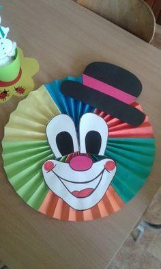 U nás probíhá období karnevalů, tak i dnešní tvoření, ač nevím, kdy přesně článeček vyjde, je motivováno touto dobou. Musíme si to na karneval hezky vyzdobit, a tak vznikli klauni. Tvoření je jednoduché a hlavně procvičí prstíky. POMŮCKY: • barevné papíry • čtvrtka • lepidlo v tubě na papír • fix a pastelky • tavná pistole 1) Různé barevné papíry poskládáme jako harmoniku. 2) Pomocí lepidla slepíme barevné papíry k sobě do dlouhé harmoniky. 3) Já dělala ze šesti barevných papírů…ty potom…