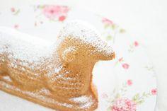 Osterzeit ist Brunch-Zeit. Und was darf auf einem schön gedeckten Brunch-Tisch nicht fehlen? Ein schönes Osterlamm! Hier ist das Rezept für euch!
