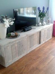 Eigentijds tv-meubel van steigerhout, op maat en naar idee van de klant gemaakt. Het meubel is verdeeld in 3 compartimenten, met legplank en schuifdeurtje. Zo kun je een deel open laten, wat handig kan zijn i.v.m. de bediening van apparatuur op afstand, maar het is ook in zijn geheel af te sluiten. Alle spulletjes uit zicht in een mooie, strak vormgegeven kast van oud hout! Deze is met white wash behandeld en meet b220xd50xh55cm.