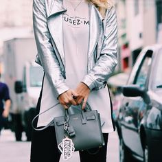 Details ✖️ Jaqueta @morenarosaoficial | Bag @saintlaurentparis_official | Chaveiro @karllagerfeld para @riachuelo | T-shirt @zara ✖️ • PH: @patrickvinicius3  • #laylamonteiro #bloglaylamonteiro #looksdalay #trend #metalizado