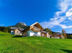 Im Kurort #Altaussee liegt das Hüttendorf AlpenParks Hagan Lodge. Traumhafte Ferienhäuser für den #Familienurlaub mit Hund im Salzkammergut-Steiermark!  #urlaubmithund #urlaub #oesterreich #salzkammergut #steiermark #ferienwohnungen #ferienhaus #wandern #hiking #lodges #chalets #haganlodge #altaussee #ferienmithund #hundurlaub #hund #hunde #reisen #travel #austria #dogfriendly #wood #appartements #trekking #familie #berge #mountains #alpen  Tierischer-Urlaub.com - das Portal für Urlaub mit…