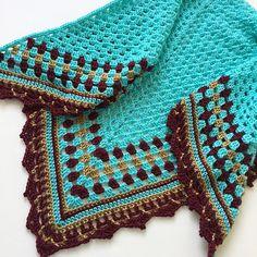 66 New Ideas Crochet Granny Square Shawl Pattern Afghans Crochet Triangle, Granny Square Crochet Pattern, Crochet Squares, Crochet Blanket Patterns, Crochet Granny, Granny Square Poncho, Granny Squares, Crochet Diy, Crochet Baby Hats